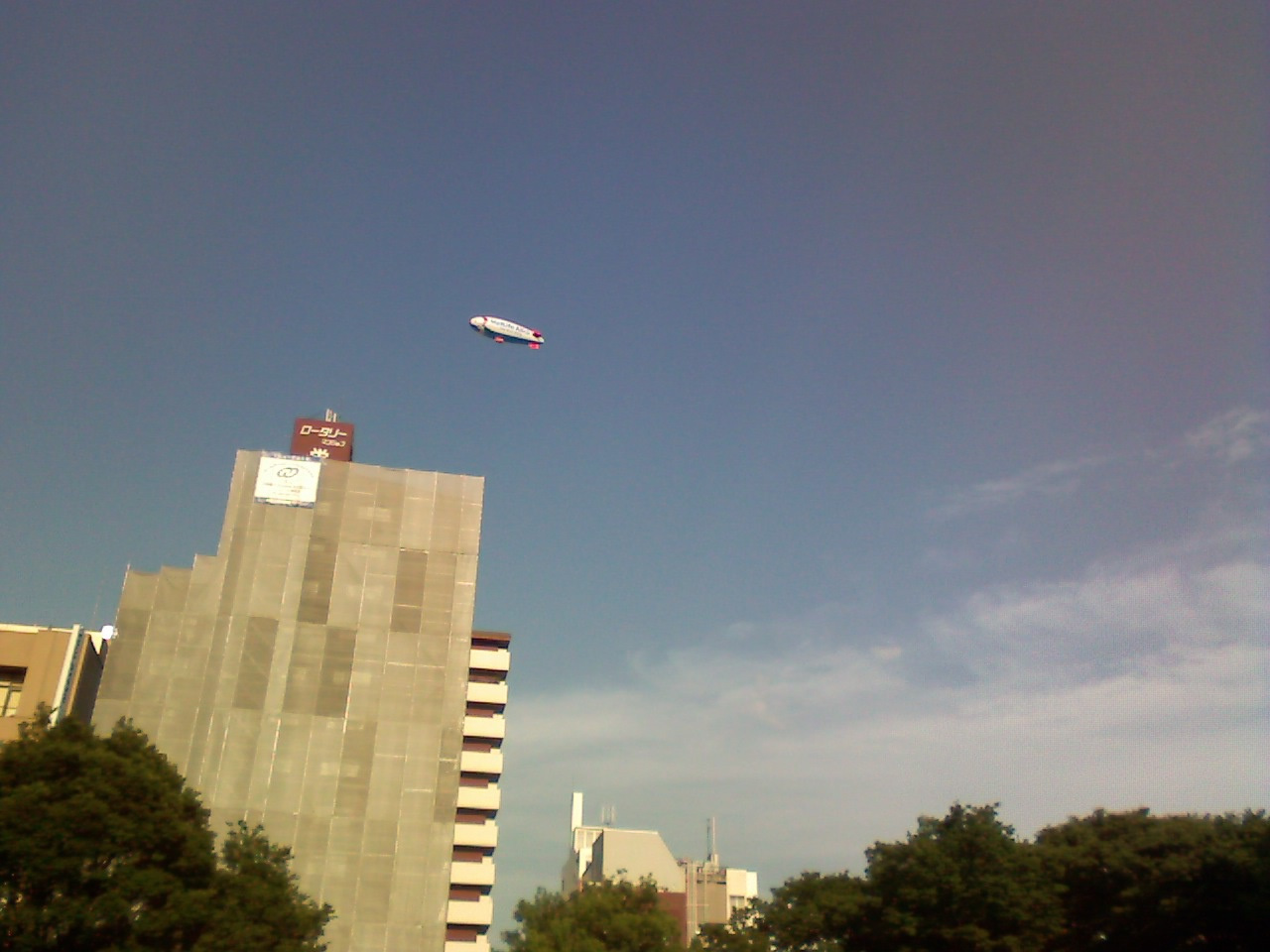 空に小さくぽつんと飛行船