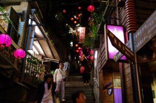 夜 細い階段道 両側にはピンクの提灯 千と千尋の神隠しのモデルかといわれた場所のひとつ