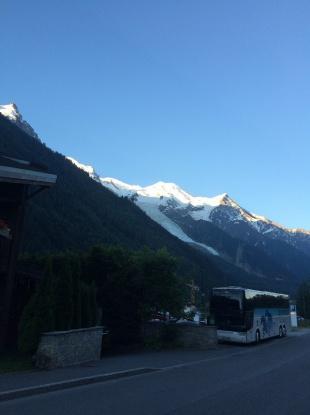 ホテルを出たところから。朝焼けのシャモニー 4分の1は雪をかぶっている。