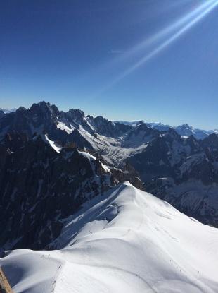 山頂から。 青空。太陽の光。。