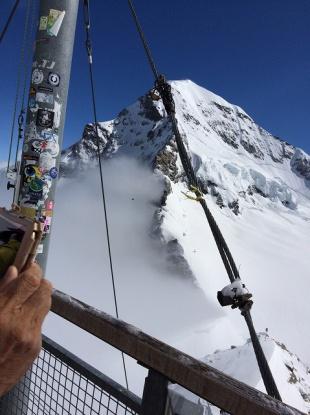 柵ごしの雪山 一瞬の晴れ間。