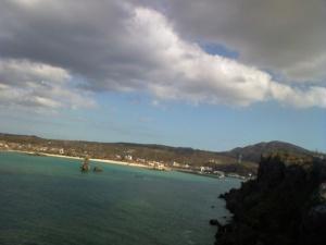 手前に海 奥にリゾート地 雲のコントラストがいい