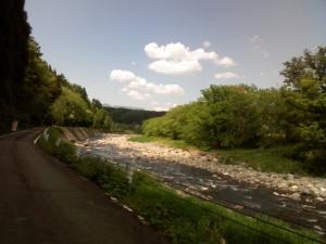 道から川を撮影 木漏れ日が