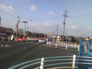 交差点 向こうに弥富市の看板が