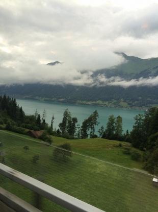湖の奥に青々とした山 曇り 山の中腹と8合目付近に山