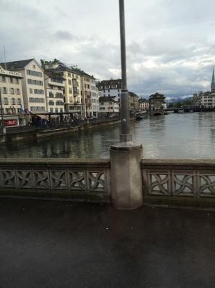 運河みたいな川をまたぐ橋の上から。川岸にはアパートが並んでいる。