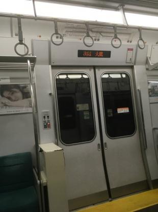 トンネル内。電車内の「次は大嵐駅」の電光掲示板